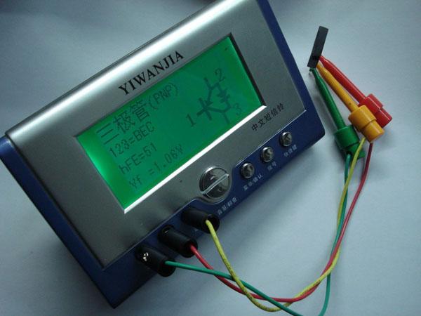 Тестера электронных компонентов с графическим индикатором в работе